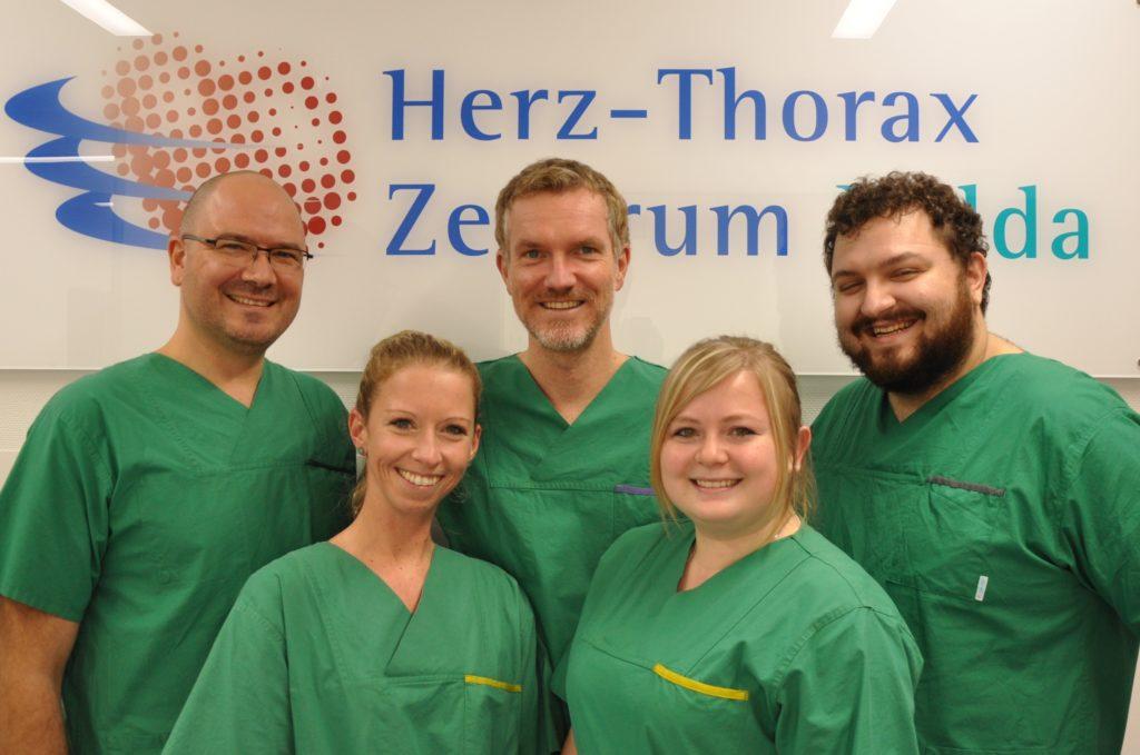 EPU Team Vor HTZ Schild